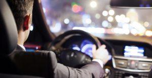 Водитель за рулем автомобиля
