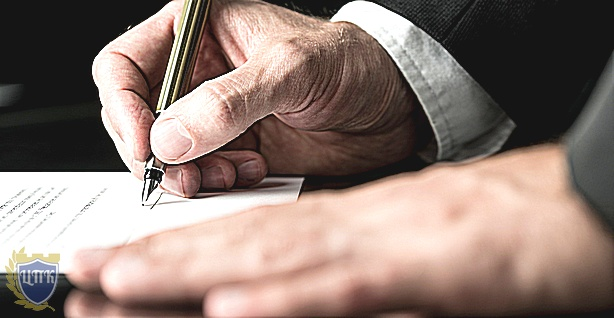 Подписывает договор