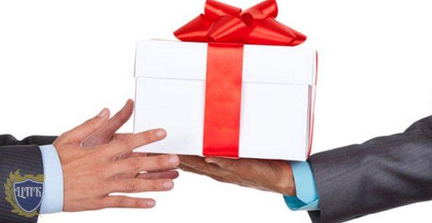 Минтруд России напомнил о запрете делать подарки лицам, замещающим муниципальные и государственные должности