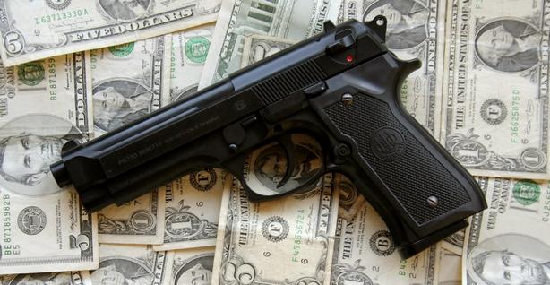 Деньги и пистолет