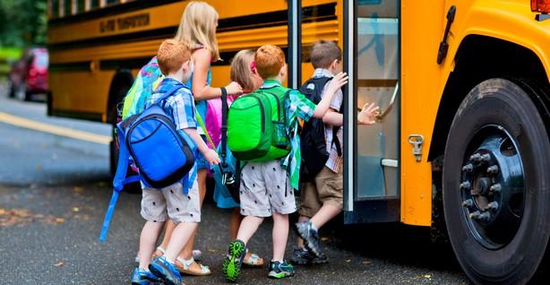 Если ребёнок не может посещать школу по месту жительства, то его проезд будут оплачивать муниципальные власти