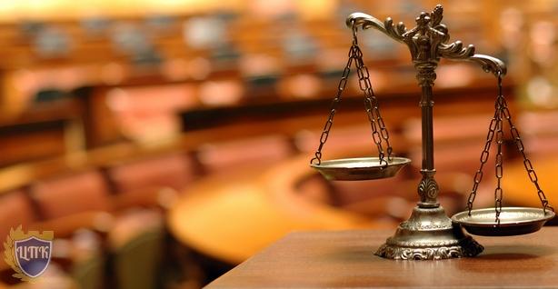 Весы и зал суда
